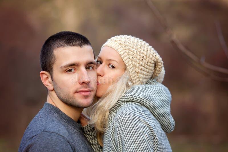 Νέο ελκυστικό ζεύγος ερωτευμένο, έφηβοι που έχουν τη διασκέδαση υπαίθρια, στοκ φωτογραφίες