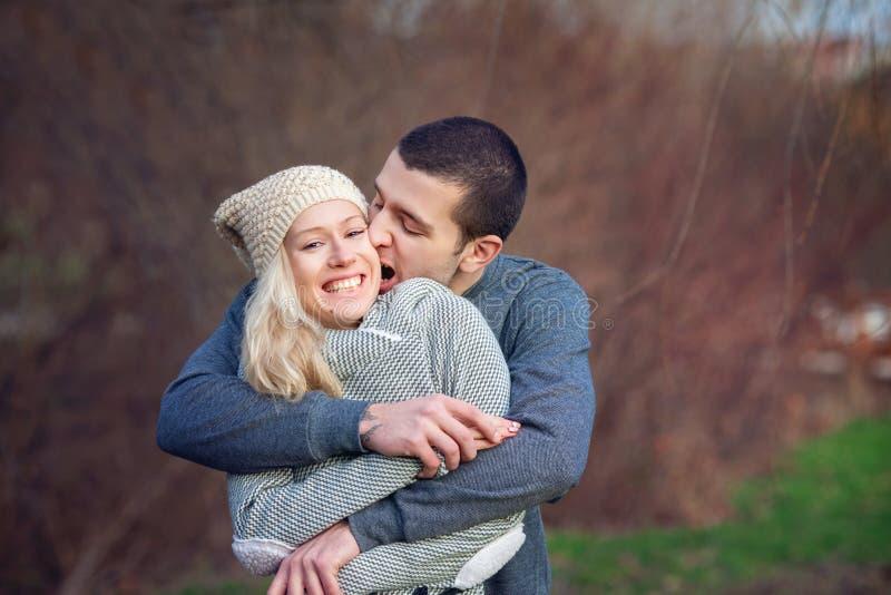 Νέο ελκυστικό ζεύγος ερωτευμένο, έφηβοι που έχουν τη διασκέδαση υπαίθρια, στοκ εικόνες
