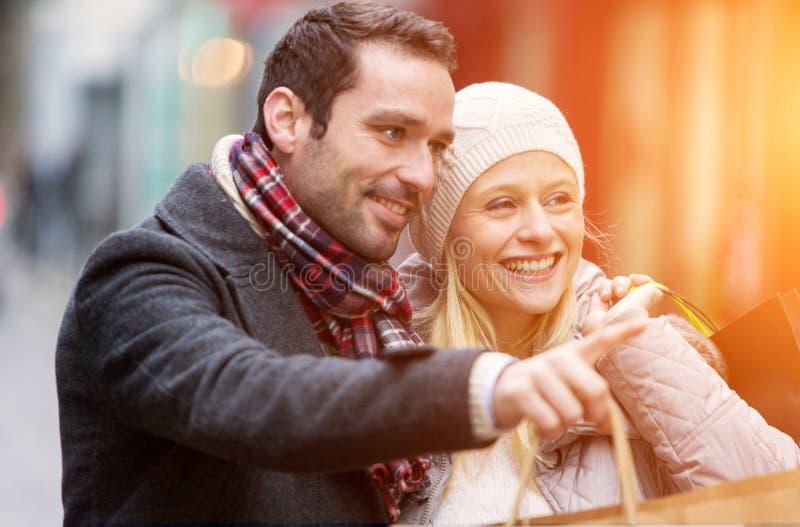 Νέο ελκυστικό ζεύγος με τις τσάντες αγορών στοκ φωτογραφίες με δικαίωμα ελεύθερης χρήσης