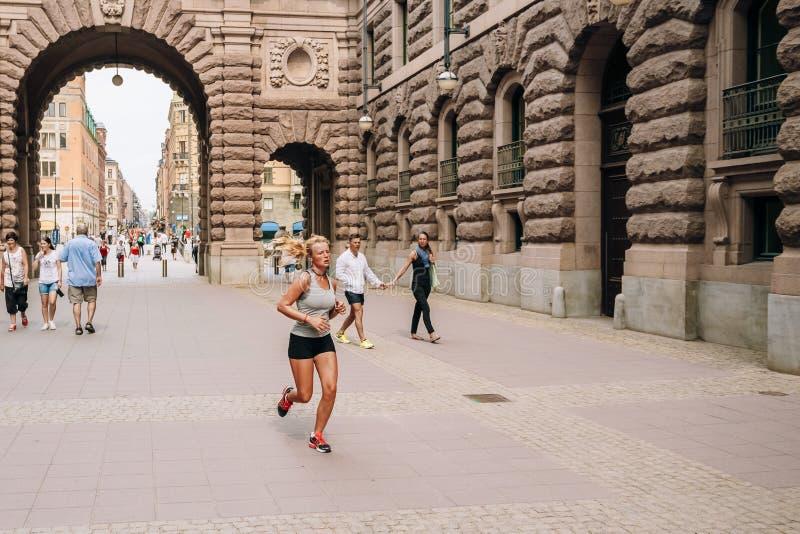 Νέο ελκυστικό κορίτσι που τρέχει κοντά στο βασιλικό στοκ φωτογραφία με δικαίωμα ελεύθερης χρήσης