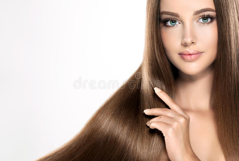 Νέο ελκυστικό κορίτσι-πρότυπο με πανέμορφο, λαμπρός, μακρύς, τρίχα στοκ φωτογραφίες