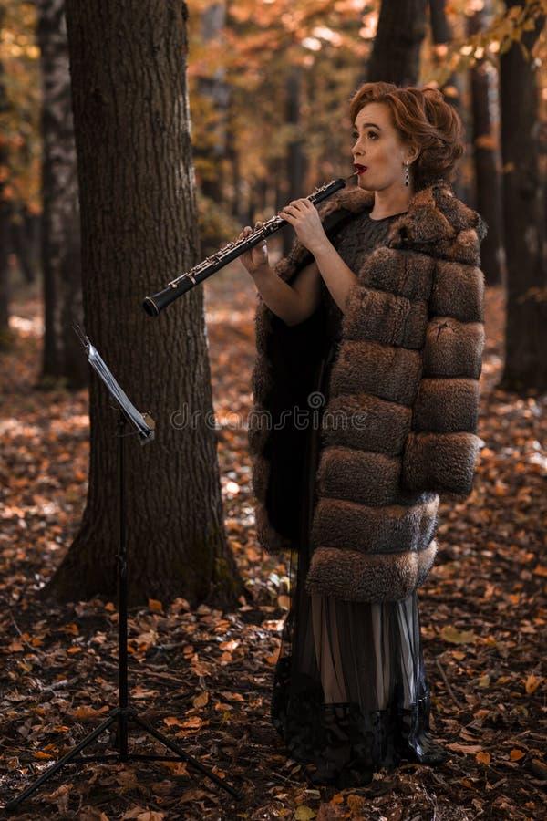 Νέο ελκυστικό όμποε παιχνιδιού γυναικών ενάντια στη μουσική στάση στοκ φωτογραφίες με δικαίωμα ελεύθερης χρήσης
