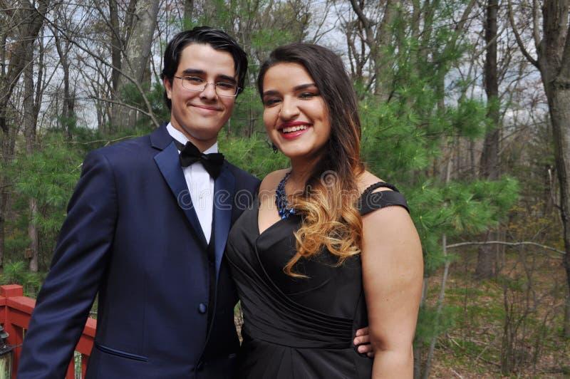 Νέο ζεύγος έτοιμο για το Prom τους στοκ φωτογραφίες
