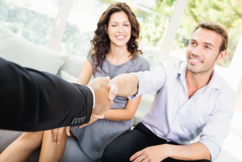 Νέο ζεύγος έτοιμο να αγοράσει το καινούργιο σπίτι στοκ φωτογραφία με δικαίωμα ελεύθερης χρήσης