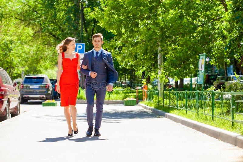 Νέο ζεύγος ή Ευρωπαίοι γυναίκα και άνδρας που περπατούν στην οδό πόλεων στοκ εικόνα με δικαίωμα ελεύθερης χρήσης