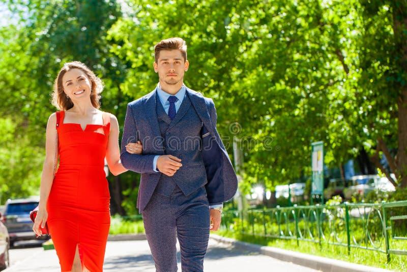 Νέο ζεύγος ή Ευρωπαίοι γυναίκα και άνδρας που περπατούν στην οδό πόλεων στοκ φωτογραφία με δικαίωμα ελεύθερης χρήσης