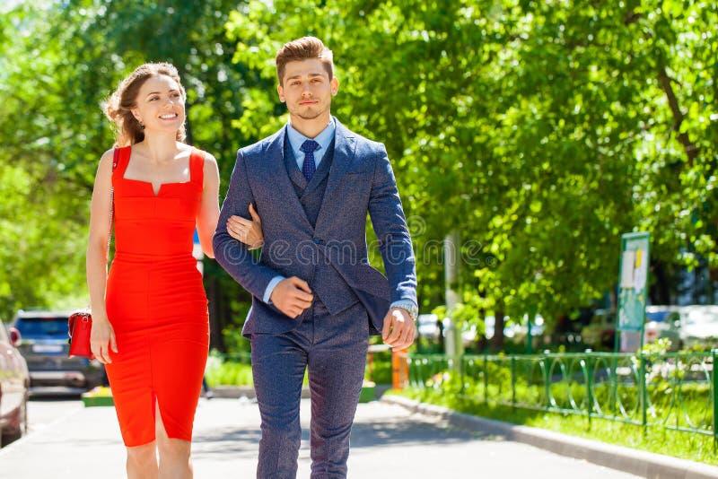 Νέο ζεύγος ή Ευρωπαίοι γυναίκα και άνδρας που περπατούν στην οδό πόλεων στοκ εικόνα