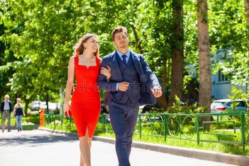 Νέο ζεύγος ή Ευρωπαίοι γυναίκα και άνδρας που περπατούν στην οδό πόλεων στοκ φωτογραφία