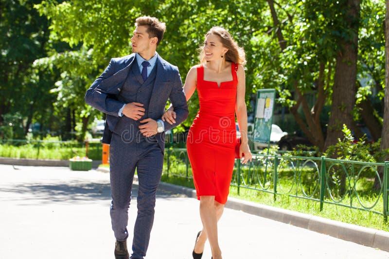 Νέο ζεύγος ή Ευρωπαίοι γυναίκα και άνδρας που περπατούν στην οδό πόλεων στοκ φωτογραφίες