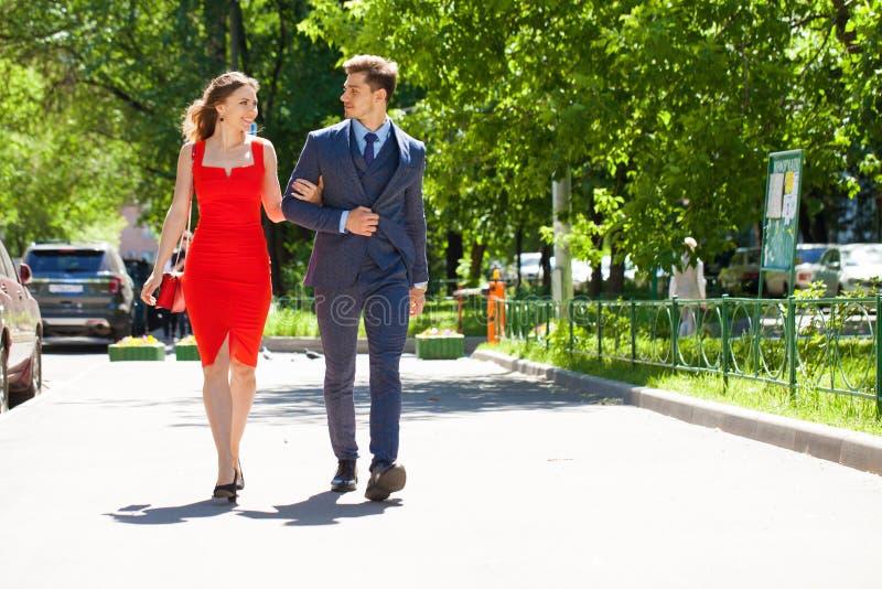 Νέο ζεύγος ή Ευρωπαίοι γυναίκα και άνδρας που περπατούν στην οδό πόλεων στοκ εικόνες