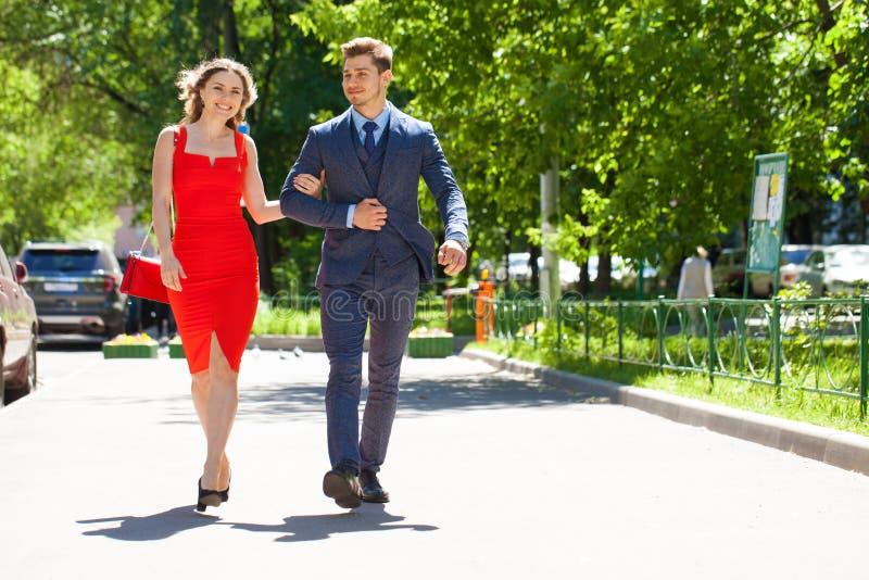 Νέο ζεύγος ή Ευρωπαίοι γυναίκα και άνδρας που περπατούν στην οδό πόλεων στοκ φωτογραφίες με δικαίωμα ελεύθερης χρήσης