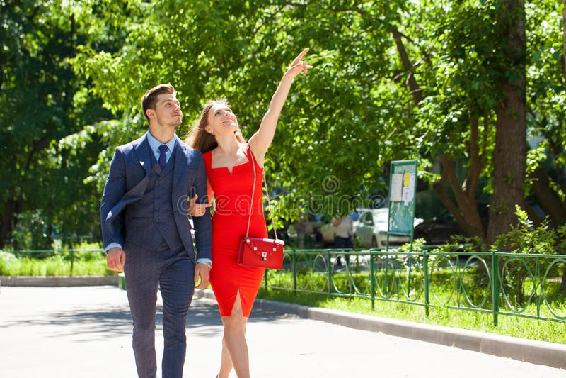 Νέο ζεύγος ή Ευρωπαίοι γυναίκα και άνδρας που περπατούν στην οδό πόλεων στοκ εικόνες με δικαίωμα ελεύθερης χρήσης