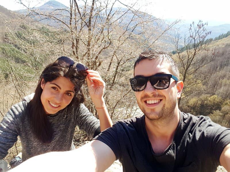 Νέο ζεύγος αγάπης στο βουνό στοκ φωτογραφίες