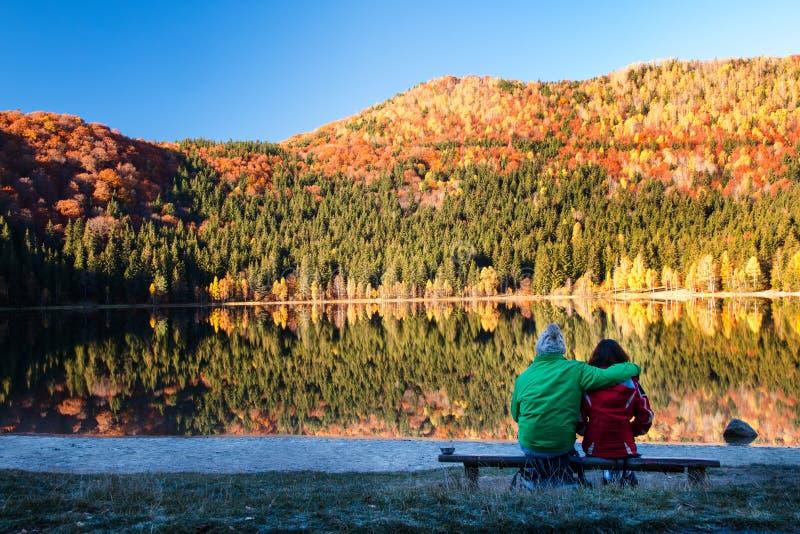 Νέο ζεύγος από τη λίμνη 1 στοκ φωτογραφία με δικαίωμα ελεύθερης χρήσης