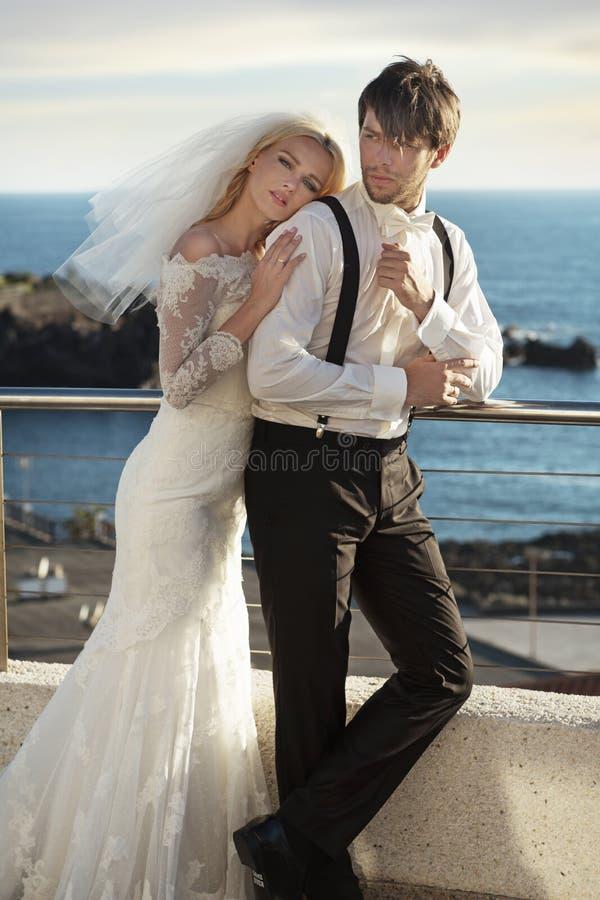 Νέο ζεύγος γάμου στον ήρεμο μήνα του μέλιτος στοκ φωτογραφία