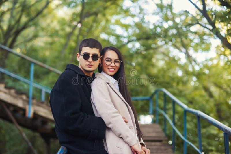 Νέο ζεύγος ερωτευμένο σε έναν ρομαντικό περίπατο στοκ φωτογραφία με δικαίωμα ελεύθερης χρήσης