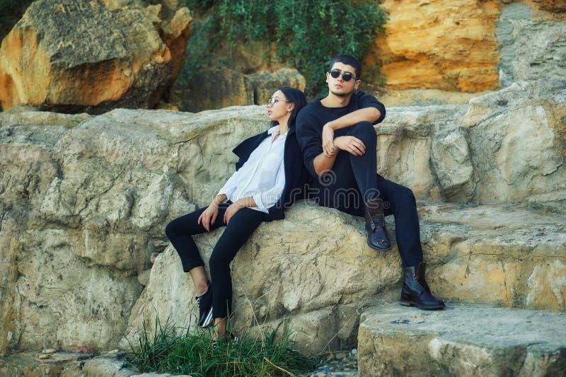 Νέο ζεύγος ερωτευμένο σε έναν ρομαντικό περίπατο στοκ φωτογραφία