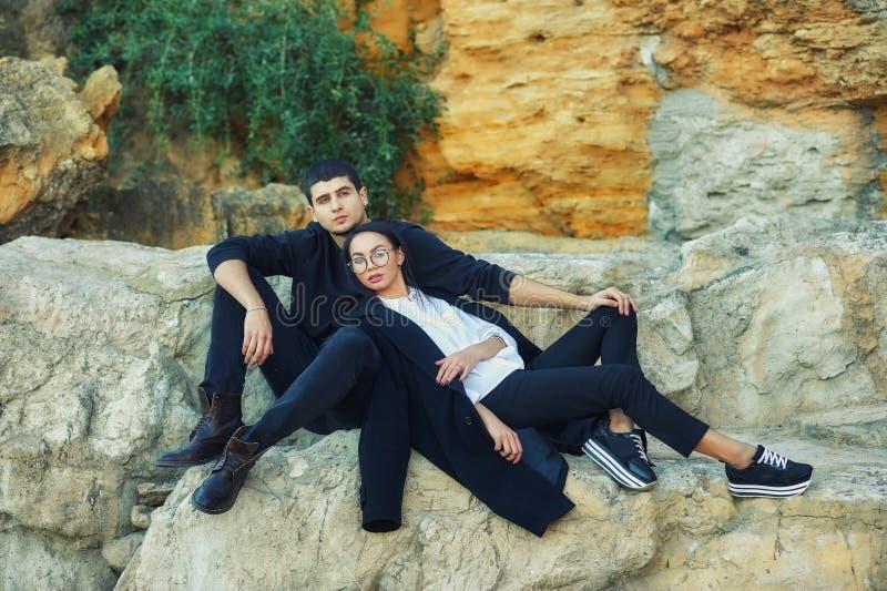 Νέο ζεύγος ερωτευμένο σε έναν ρομαντικό περίπατο στοκ εικόνες