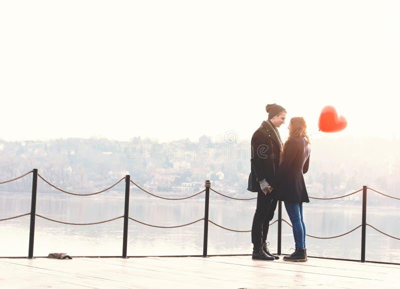 Νέο ζεύγος ερωτευμένο, στην όχθη ποταμού στοκ φωτογραφία