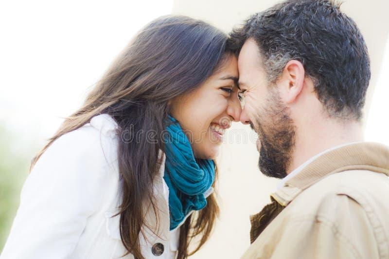 Νέο ζεύγος ερωτευμένο στοκ φωτογραφία με δικαίωμα ελεύθερης χρήσης