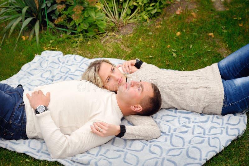 Νέο ζεύγος εφήβων σε έναν πάγκο στο πάρκο πόλεων στοκ φωτογραφίες