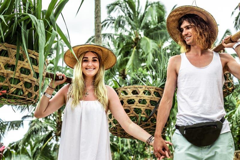 Νέο ζεύγος μήνα του μέλιτος στους τομείς ρυζιού του νησιού του Μπαλί Διακοπές ταξιδιού στην έννοια του Μπαλί στοκ φωτογραφίες