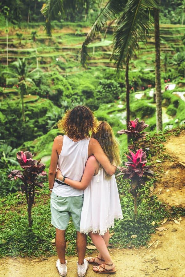 Νέο ζεύγος μήνα του μέλιτος στους τομείς ρυζιού του νησιού του Μπαλί Διακοπές ταξιδιού στην έννοια του Μπαλί στοκ φωτογραφίες με δικαίωμα ελεύθερης χρήσης