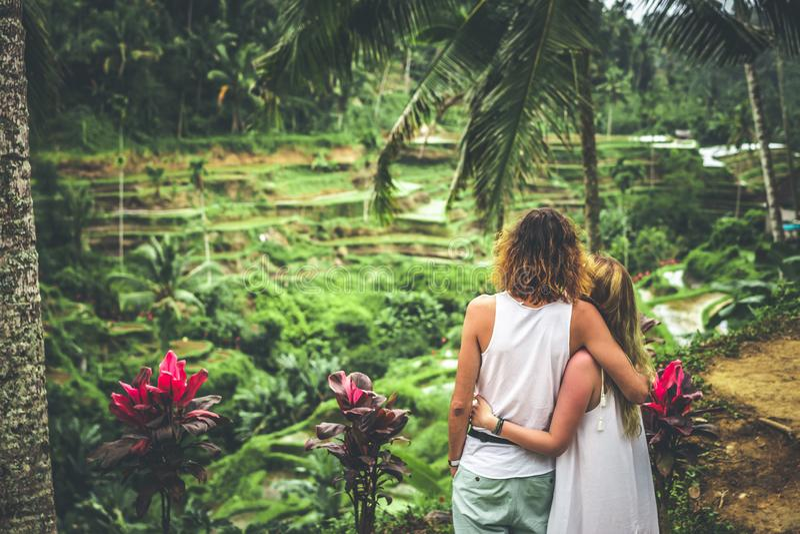 Νέο ζεύγος μήνα του μέλιτος στους τομείς ρυζιού του νησιού του Μπαλί Διακοπές ταξιδιού στην έννοια του Μπαλί στοκ φωτογραφία