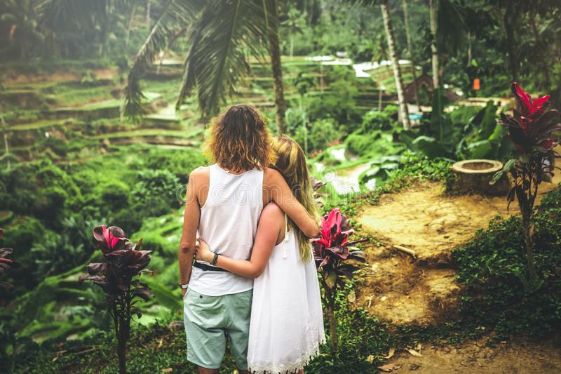Νέο ζεύγος μήνα του μέλιτος στους τομείς ρυζιού του νησιού του Μπαλί Διακοπές ταξιδιού στην έννοια του Μπαλί στοκ φωτογραφία με δικαίωμα ελεύθερης χρήσης