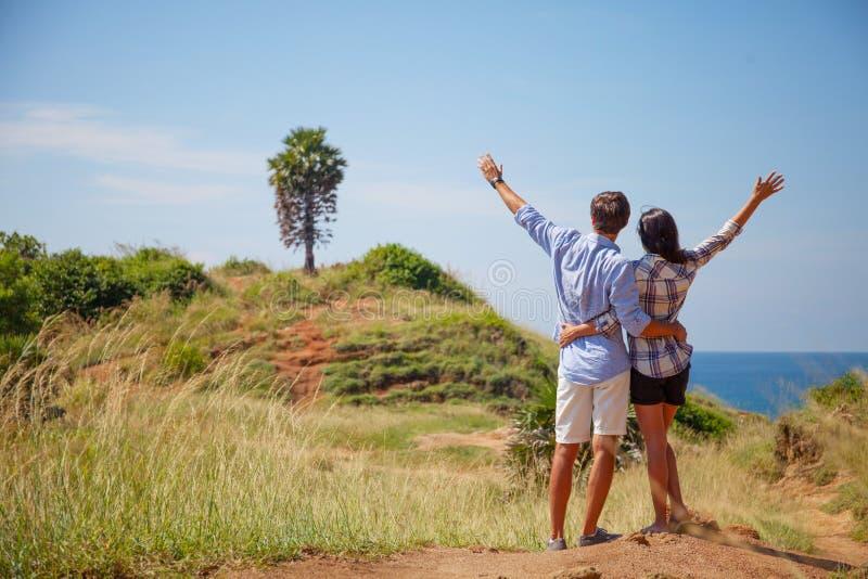 Νέο ζεύγος με τα αυξημένα χέρια στοκ φωτογραφία με δικαίωμα ελεύθερης χρήσης
