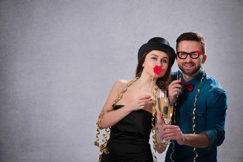Νέο ζεύγος με τα φλάουτα σαμπάνιας στοκ φωτογραφία με δικαίωμα ελεύθερης χρήσης