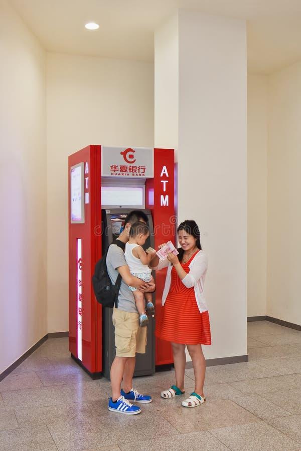 Νέο ζεύγος με το παιδί στο ATM, Πεκίνο, Κίνα στοκ εικόνες με δικαίωμα ελεύθερης χρήσης