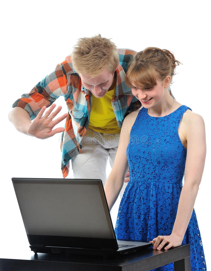 Νέο ζεύγος με το lap-top στοκ φωτογραφίες με δικαίωμα ελεύθερης χρήσης