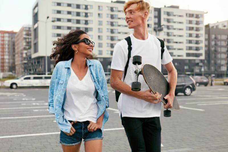 Νέο ζεύγος με Skateboard που έχει τη διασκέδαση στην οδό πόλεων στοκ φωτογραφία με δικαίωμα ελεύθερης χρήσης