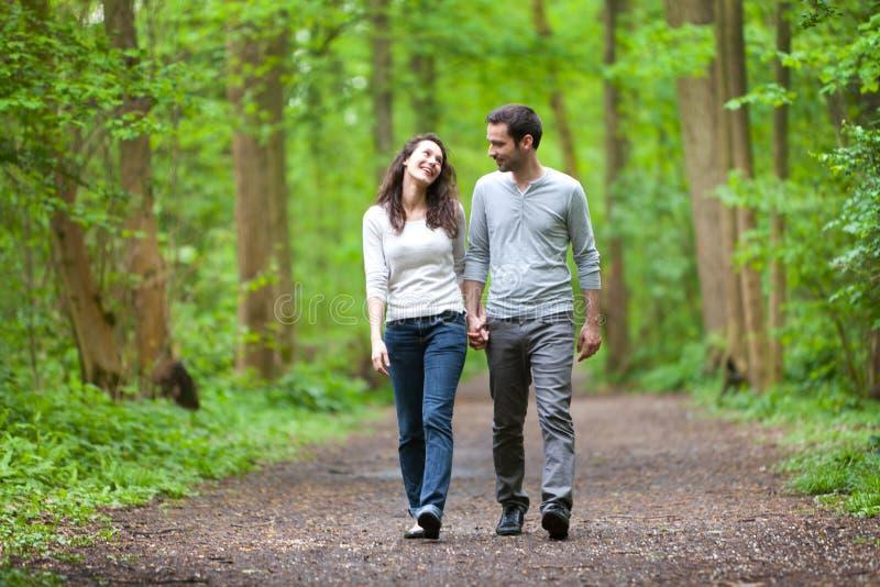 Νέο ζεύγος που έχει έναν περίπατο σε ένα δάσος στοκ φωτογραφίες