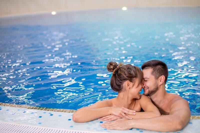 Νέο ζεύγος που έχει τη διασκέδαση στην πισίνα Ενεργός έννοια τρόπου ζωής στοκ εικόνα με δικαίωμα ελεύθερης χρήσης