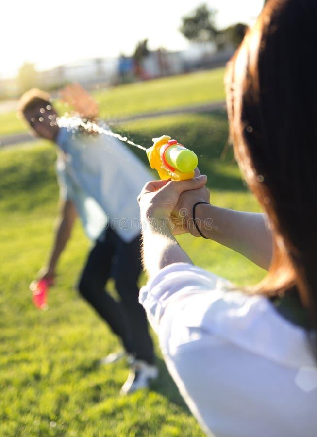 Νέο ζεύγος που έχει τη διασκέδαση σε ένα πάρκο στοκ φωτογραφία