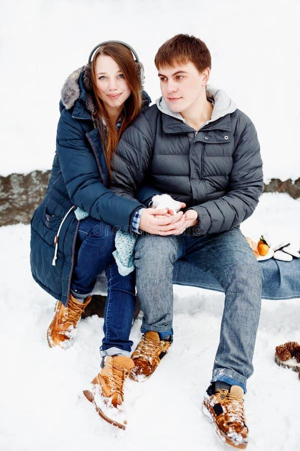 Νέο ζεύγος που έχει τη διασκέδαση υπαίθρια το χειμώνα στοκ εικόνες