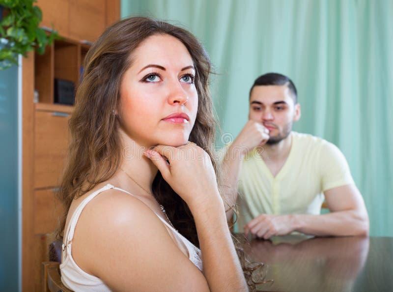 Νέο ζεύγος που έχει τη σύγκρουση στο σπίτι στοκ φωτογραφία