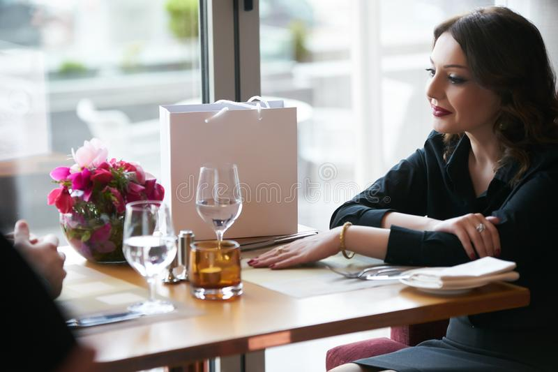 Νέο ζεύγος που έχει το ρομαντικό γεύμα στο εστιατόριο, κινηματογράφηση σε πρώτο πλάνο στοκ φωτογραφία