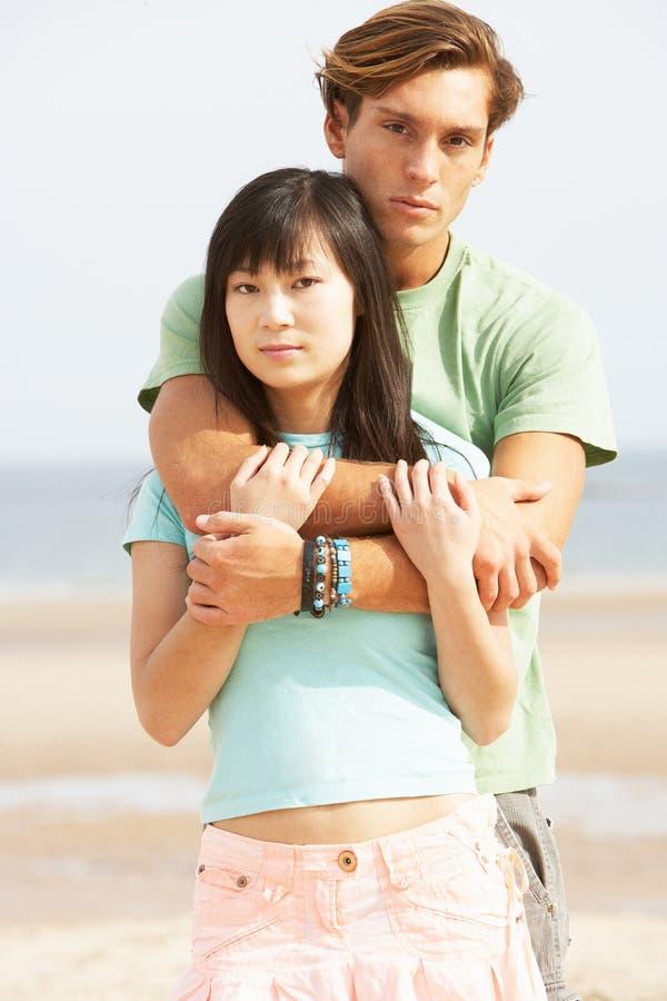 Νέο ζεύγος που αγκαλιάζει στην παραλία στοκ φωτογραφία με δικαίωμα ελεύθερης χρήσης