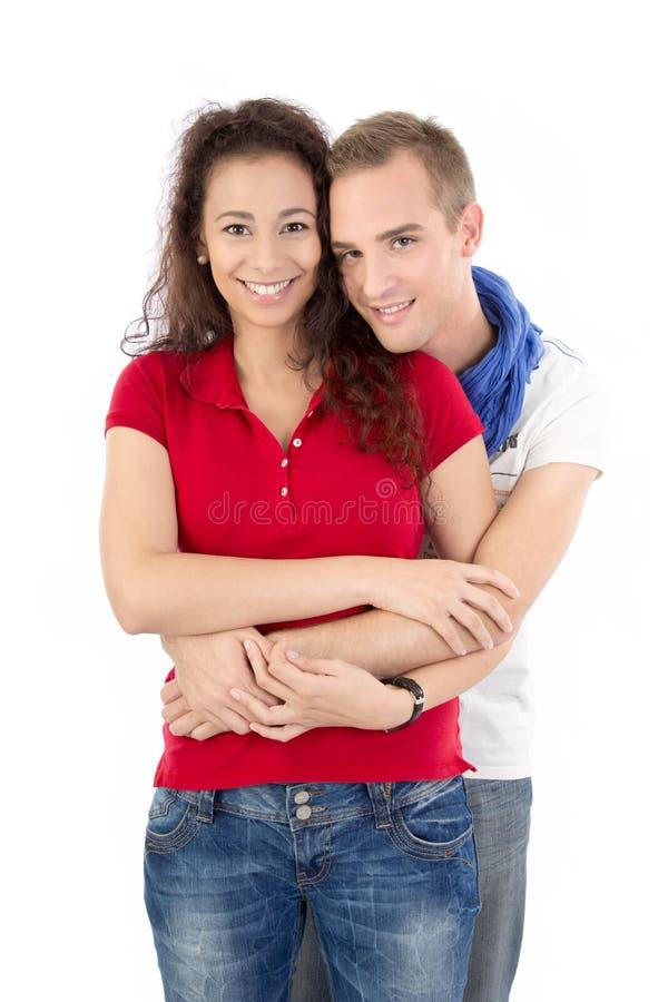 Νέο ζεύγος που αγκαλιάζει και που απομονώνεται στο λευκό στοκ εικόνες