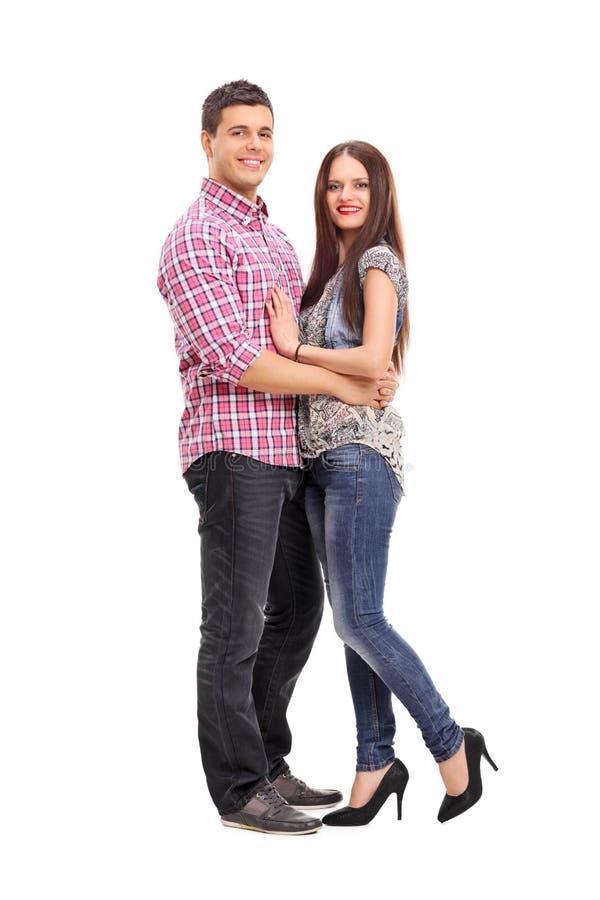 Νέο ζεύγος που αγκαλιάζει και που θέτει στοκ εικόνες με δικαίωμα ελεύθερης χρήσης