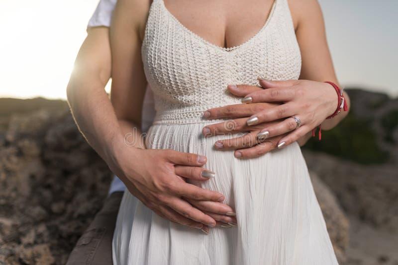 Νέο ζεύγος που αναμένει ένα μωρό στοκ φωτογραφία