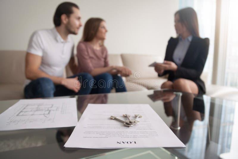 Νέο ζεύγος που εξετάζει την πρώτη υποθήκη, συμφωνία δανείου για το purc στοκ φωτογραφίες με δικαίωμα ελεύθερης χρήσης