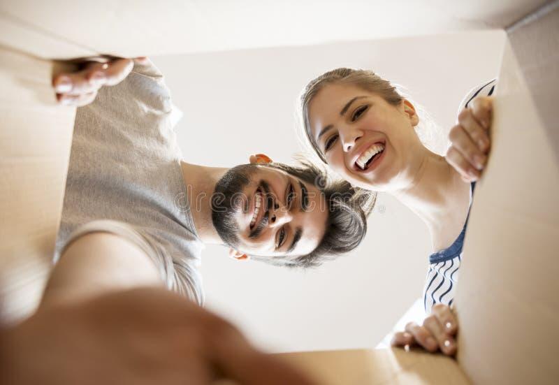 Νέο ζεύγος που εξετάζει το κιβώτιο στοκ φωτογραφία με δικαίωμα ελεύθερης χρήσης