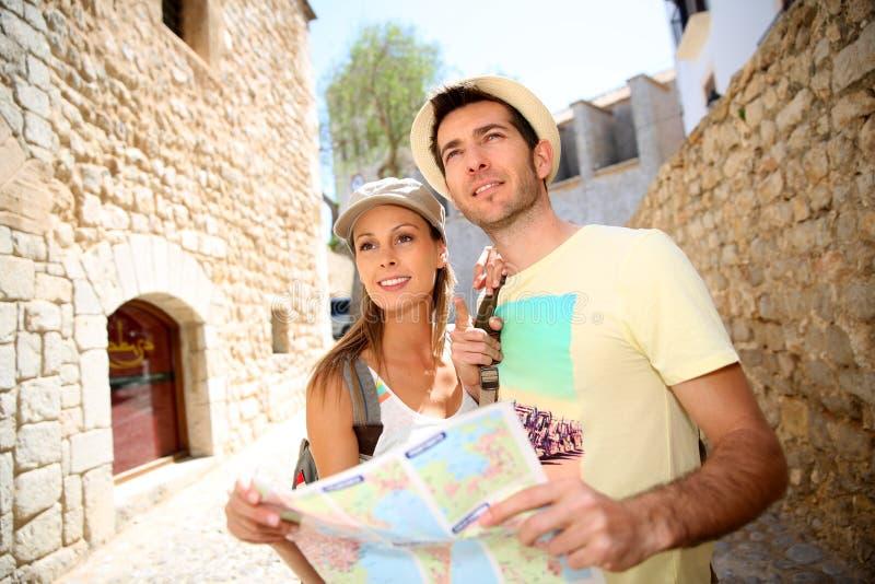 Νέο ζεύγος που επισκέπτεται την παλαιά κωμόπολη πόλεων στοκ εικόνες