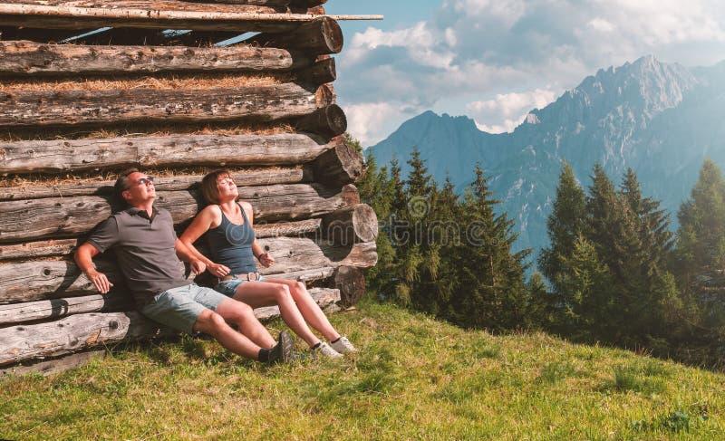 Νέο ζεύγος που κάνει ηλιοθεραπεία στις Άλπεις στοκ εικόνες με δικαίωμα ελεύθερης χρήσης
