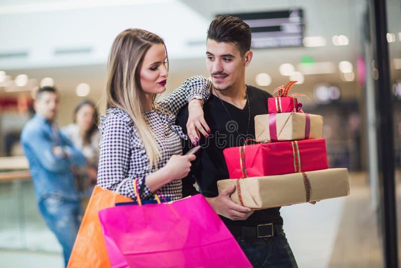 Νέο ζεύγος που κάνει τις αγορές Χριστουγέννων στοκ εικόνες