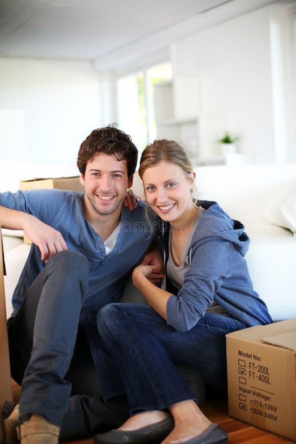 Νέο ζεύγος που κινείται πρόσφατα στο νέο σπίτι στοκ φωτογραφίες με δικαίωμα ελεύθερης χρήσης